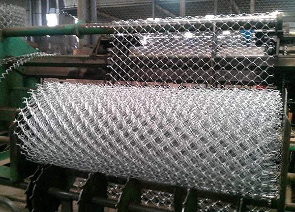 Lưới B40 (lưới mắt cáo) là một loại vật liệu xây dựng được làm từ thép kim loại mạ kẽm đan chéo lại thành nhiều lỗ hình vuông giống hình mắt cáo